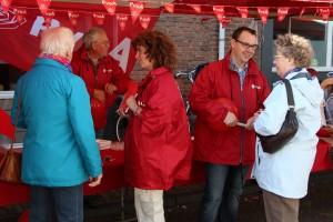 De eerste twee van onze lijst in gesprek bij de PvdA-kraam. Links Marije Willems (2), rechts Rob Geleijnse (1).