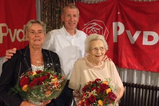 Afdelingsvoorzitter Leo Mudde met twee jubilarissen, de dames C. Schipper-Tijl (links) uit Krimpen aan de Lek en J.  Looren de Jong uit Ammerstol.