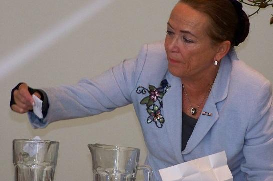 Trix van der Kluit, de voorzitter van het Centraal Stembureau, verricht de loting voor de lijstnummers 5 t/m 8. De eerste vier stonden al vast, omdat die partijen in 2010 ook onder dezelfde naam meededen aan de raadsverkiezingen in Nederlek.