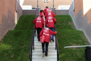 PvdA'ers op de trap van het Hofje van Tom naar de Dorpsstraat.