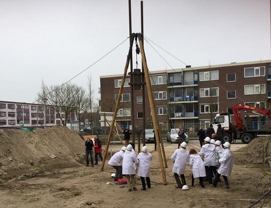 Oud-raadsleden van Schoonhoven slaan de eerste paal voor de uitbreiding van het Schoonhovens College.