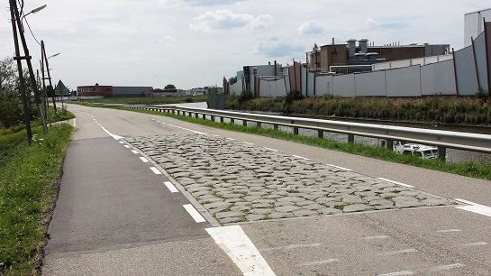 Een sluis? Deze in het asfalt verzonken stenen houden auto's niet tegen.