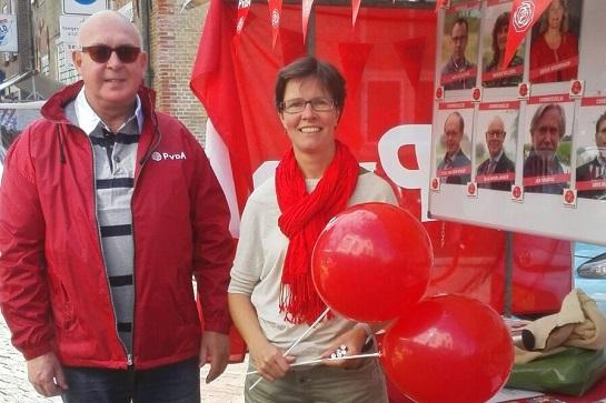 Pieter van den Dool en Sandra van Winden bij de PvdA-kraam.